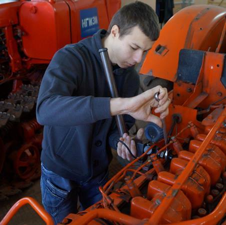 Загребалов И. С. проводит диагностику системы питания дизельного двигателя