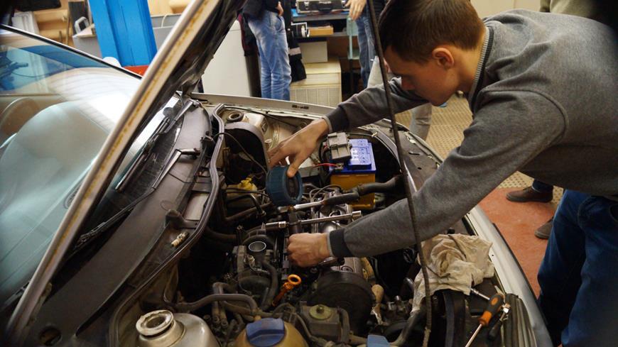 Половинкин О. Д. проводит диагностику бензинового двигателя