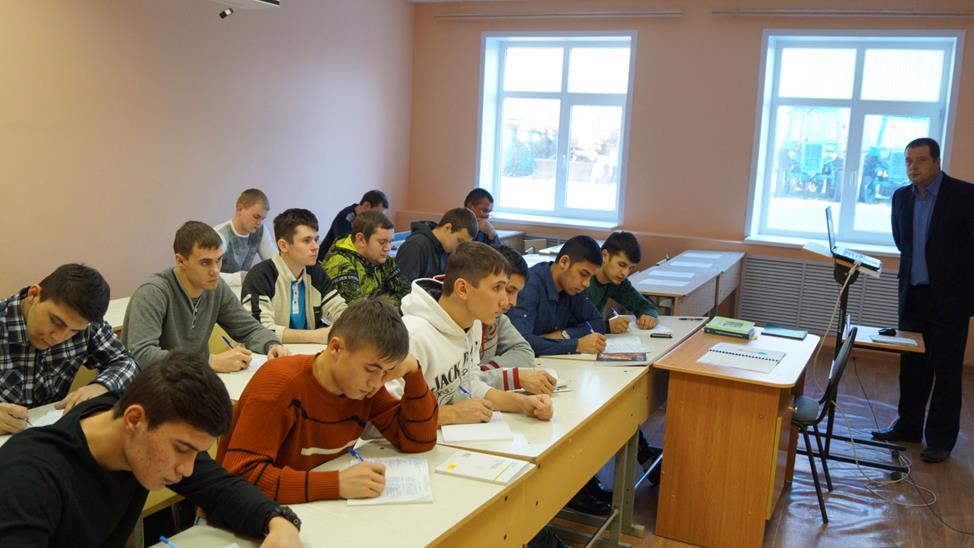 Старший преподаватель Шлыков А. Е. читает лекцию
