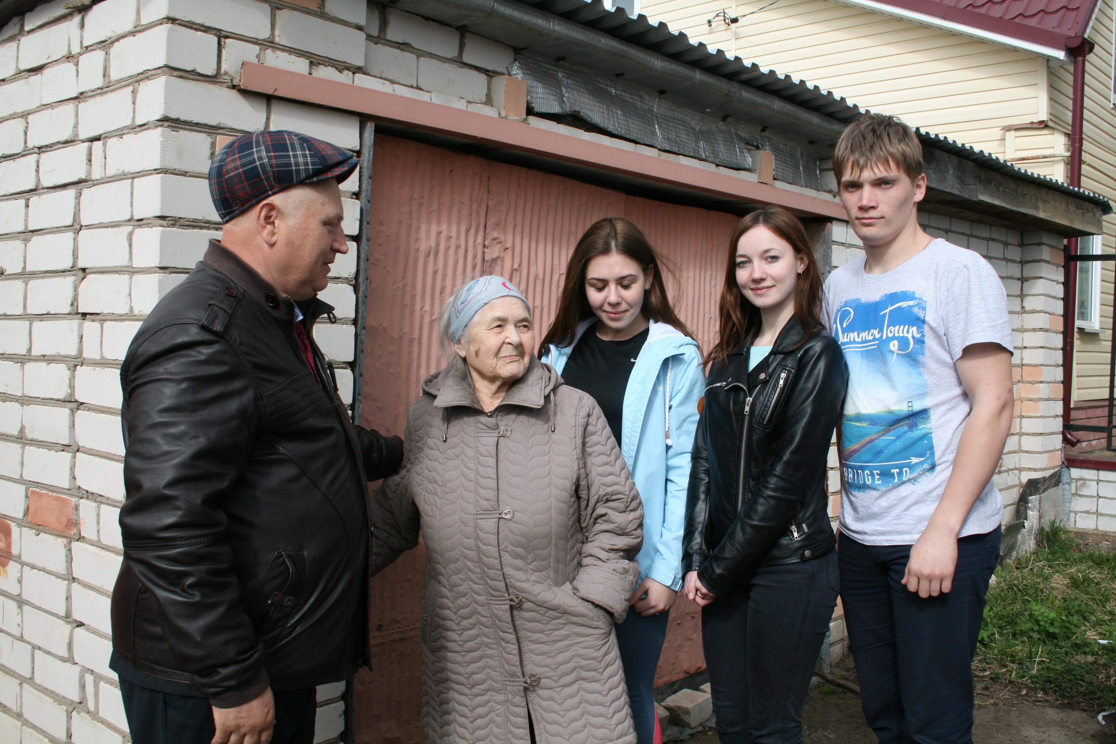А.Е.Шамин и студенты НГИЭУ беседуют с вдовой Ф.Н.Никитина